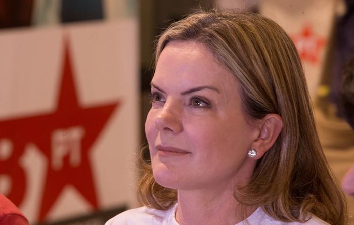 """""""Bolsonaro ameaça os interesses do povo, dos trabalhadores e dos desprotegidos, que precisam garantir o direito à liberdade, ao trabalho, à renda, uma vida digna que só pela democracia se conquista"""", diz Gleisi Hoffmann, presidente nacional do PT"""