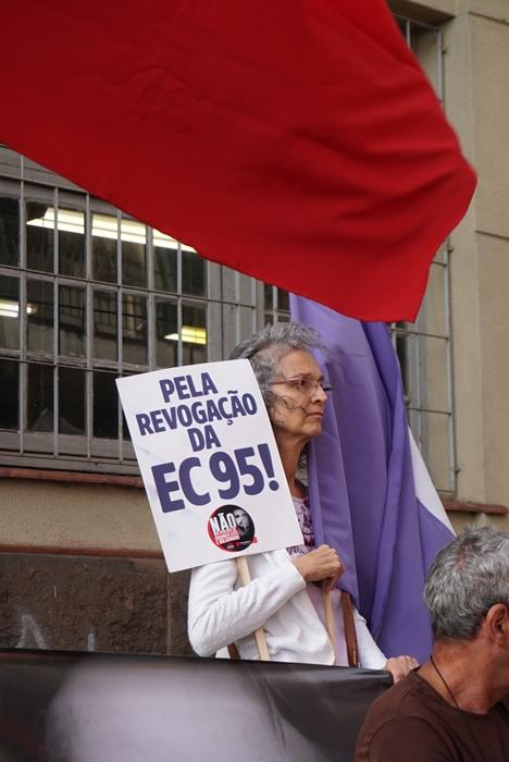 Manifestante protesta contra a Emenda Constitucional 95, a reforma fiscal de Bolsonaro e Guedes que atinge em cheio os servidores