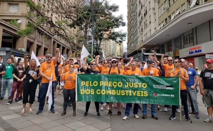Para transformar a Petrobras em exportadora de óleo cru e importadora de combustíveis, governo quer privatizar cinco refinarias, entre as quais a Refap, em Canoas. Petroleiros do RS protestaram no centro de Porto Alegre