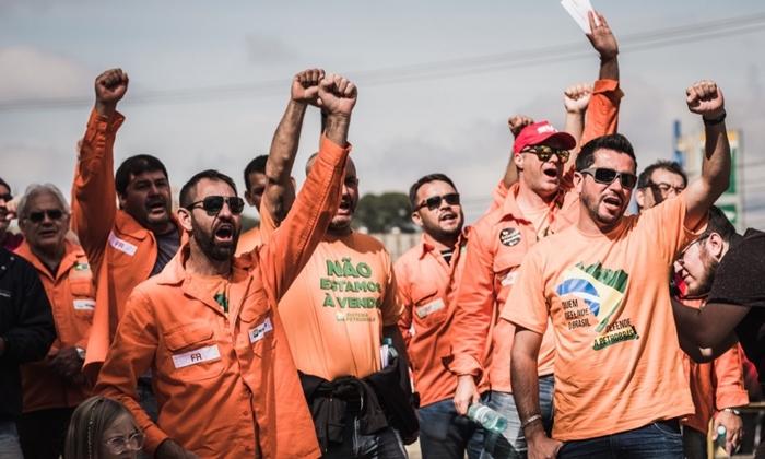 Além dos ataques do judiciário, os petroleiros criticaram o silêncio das grandes empresas de comunicação do país em relação a essa que é a segunda maior greve da categoria – em 1995 foram 32 dias paralisados