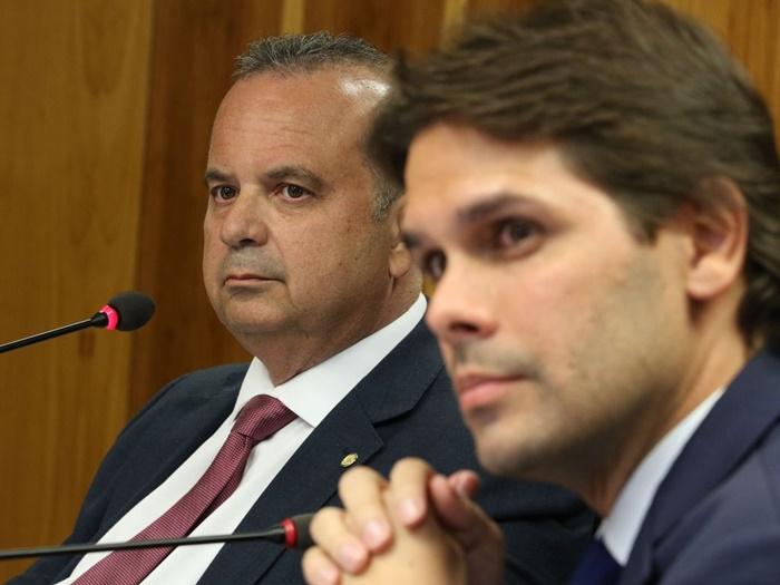 O secretário especial de Previdência e Trabalho, Rogério Marinho, e o presidente do Instituto Nacional do Seguro Social (INSS), Renato Vieira, anunciam em janeiro medidas relacionadas com a concessão de benefícios do INSS. Depois disso, o sistema entrou em colapso