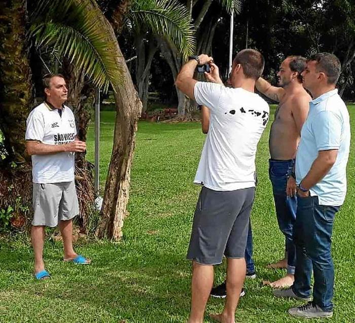 Realidade paralela: Bolsonaro, que nega gravidade da pandemia, fez fotos e gravou lives com os filhos neste domingo
