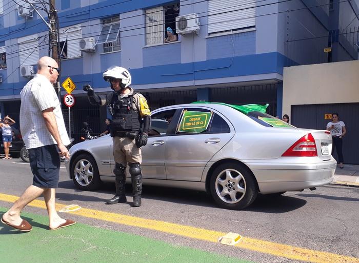 Carreata provocou reações indignadas de moradores do centro, que tentavam alertar os manifestantes sobre os riscos de contágio
