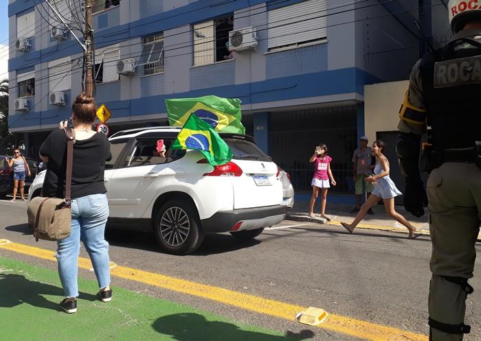 """Opositores à carreata protestaram com panelas e gritos de """"Fora, Bolsonaro"""" nas janelas dos edifícios e nas ruas"""