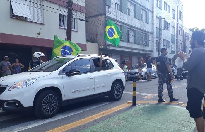 Em carreata no centro de Porto Alegre, empresários protestaram contra as medidas de restrição e quarentena adotadas pelo estado para tentar deter a expansão do coronavírus