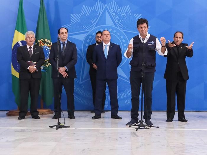 Acompanhado de ministros, Bolsonaro ratificou medidas para socorrer estados em virtude da pandemia