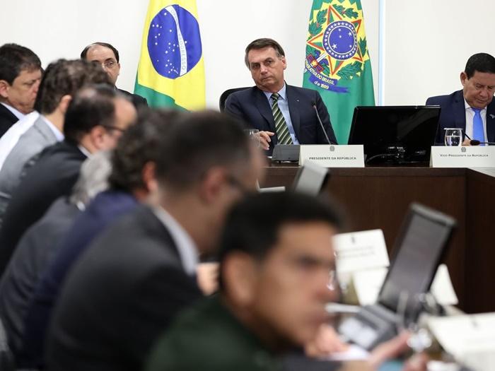 """No dia seguinte ao """"discurso da morte"""", Bolsonaro voltou a atacar o isolamento como estratégia para enfrentar a pandemia. """"Ação dos governadores é um crime e ficar em casa é atitude de covarde"""", disse pela manhã, ao sair do Palácio da Alvorada. À noite, fez teleconferência com governadores do Sudeste"""