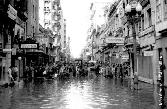 Rua dos Andradas, entre a Uruguai e a General Câmara, próximo da CEEE, durante a enchente 1941. Imagem do Acervo João Alberto da Fonseca, uma das estruturas que foram desarticuladas no curso de Arquitetura, segundo a denúncia
