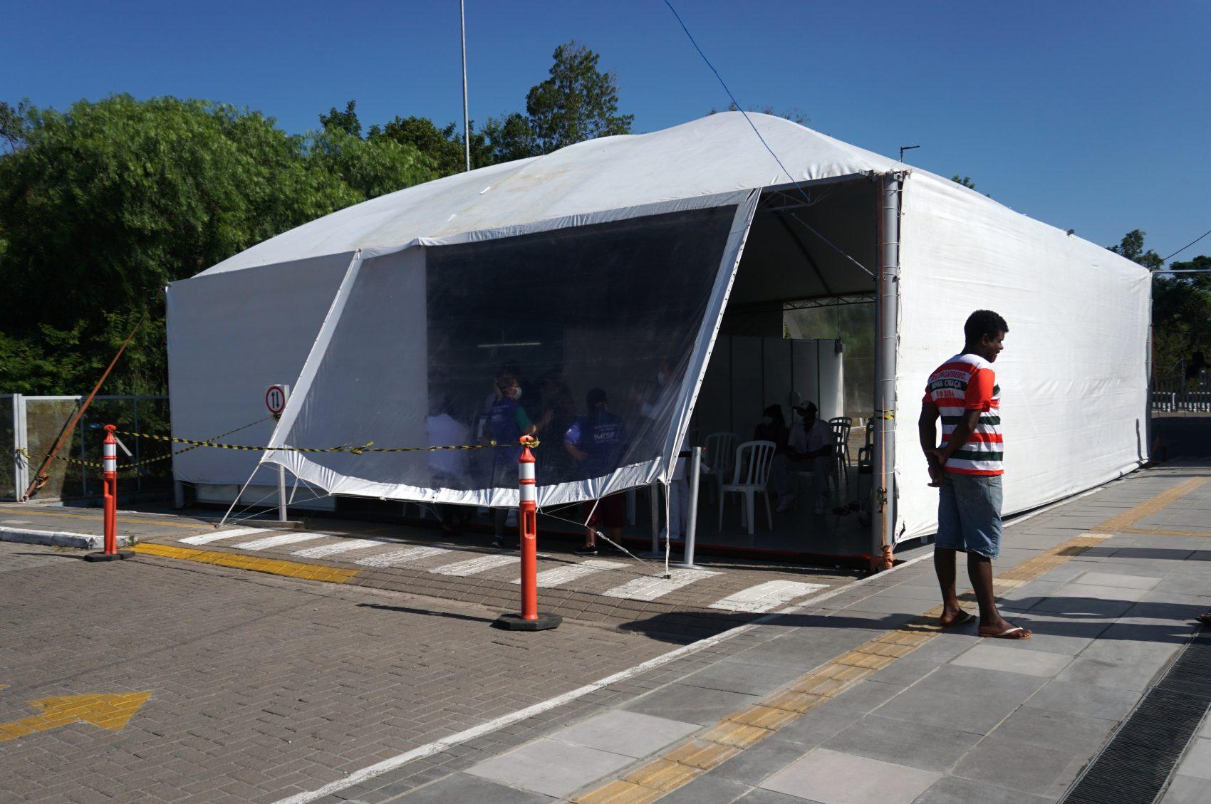 Tendas externas conjugadas a hospitais foram construídas para atender a demanda em Porto Alegre