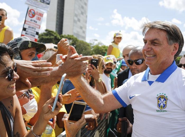 No domingo, após o primeiro teste que teria dado negativo para coronavírus, Bolsonaro se misturou a seguidores como se a pandemia não existisse. Incorreu em crimes e ficou isolado politicamente