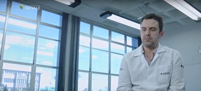 A testagem oferecida pela Feevale é a mesma feita pela rede pública de saúde e de acordo com o Protocolo da OMS, explica professor do mestrado em Virologia, Fernando Spilki