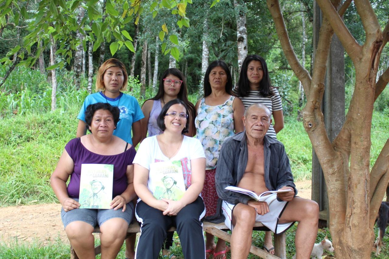 Da esquerda p/ direita (sentados): Sara Katu Gonçalves (filha de Nelson, uma das organizadoras da obra), Letícia Fraga e Nelson Florentino. Em pé: Elisabete Florentino (filha), Hadassa Ara Gonçalves (neta), Ivanilda Florentino (esposa) e Elisete Florentino (filha)