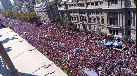 Milhares de mulheres tomaram as ruas de Santiago, a capital, para combater o machismo e o patriarcado