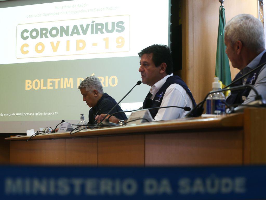 O ministro da Saúde, Luiz Henrique Mandetta, atualiza dados em coletiva de imprensa sobre à infecção pelo novo coronavírus no Brasil e volta a defender isolamento