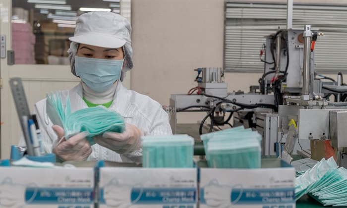 Maior distribuidora de produtos descartáveis do Brasil justifica que a alta de até mil por cento no custo das máscaras para o consumidor se deve à alta do dólar e o custo do frete. Produtos são fabricados na China e estão esgotados em Wuhan
