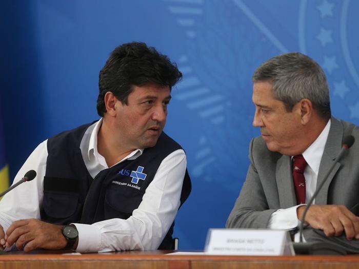 Os ministros da Saúde, Luiz Henrique Mandetta e da Casa Civil, Braga Netto, em coletiva no Palácio do Planalto, sobre as ações de enfrentamento no combate ao coronavírus