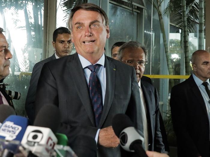 Bolsonaro e o ministro da Economia, Paulo Guedes, em coletiva: corte de direitos trabalhista em meio à pandemia