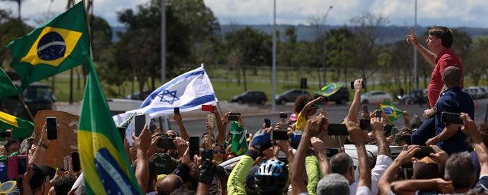 Em Brasília, Bolsonaro subiu na carroceria de uma caminhonete e fez um discurso intercalado por acessos de tosse