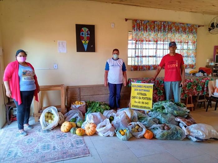 Assentados doam alimentos ao Quilombo dos Botinhas, em Viamão
