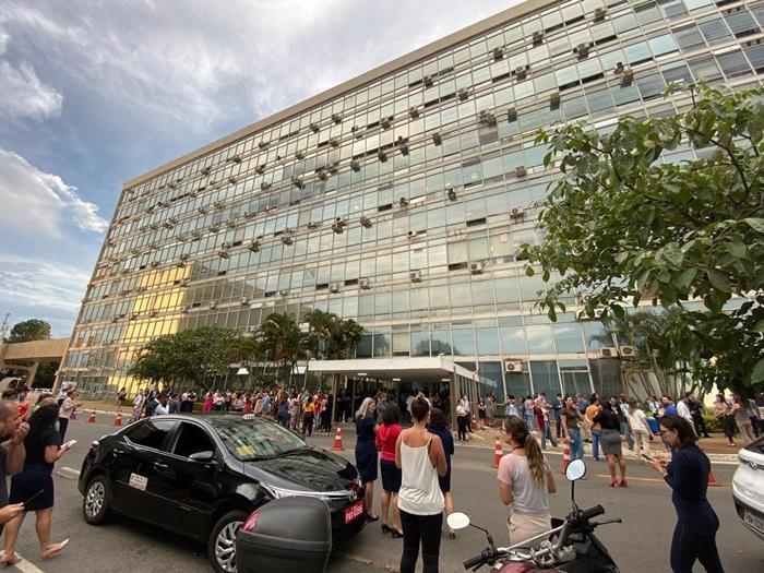 Servidores fizeram vigília em frente ao prédio do Ministério da Saúde após rumores sobre a demissão de Mandetta e sua substituição por Osmar Terra na pasta
