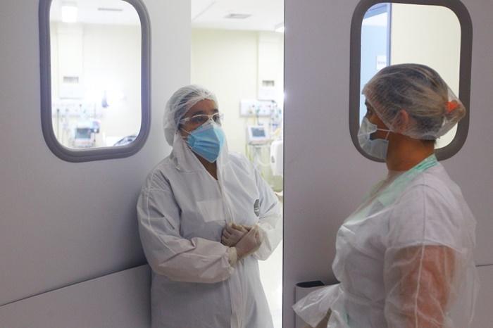Em São José dos Campos, profissionais de saúde comemoraram a recuperação de 12 pacientes que estavam com a covid-19. No último final de semana, a população furou a quarentena e o comércio abriu