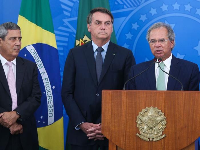 Com o ministro da Casa Civil, general Braga Netto, e Bolsonaro, Guedes apresentou medidas emergenciais de proteção a trabalhadores, empresas, estados e municípios. Mas reclamou da despesa: R$ 34 bilhões do Tesouro e R$ 6 bilhões dos bancos privados
