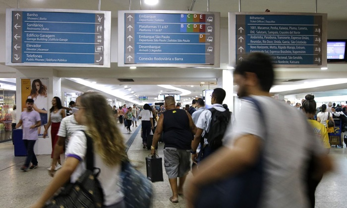 Movimentação de passageiros na Rodoviária do Rio. O sistema de saúde da capital fluminense está à beira de um colapso com a superlotação das UTIs
