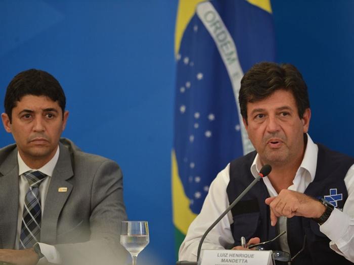 """Ao lado do ministro da Controladoria-Geral, Wagner Rosário, Mandetta afirmou que não deixa o cargo e reafirmou: """"fiquem em casa e cuidem dos idosos"""""""