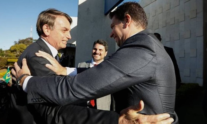 Bolsonaro abraça o delegado amigo: no despacho, o ministro ressalta que o presidencialismo garante amplos poderes para o presidente, mas sob a exigência de cumprimento dos princípios constitucionais e da legalidade dos atos