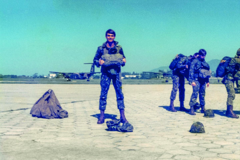 Bolsonaro usava tecidos de paraquedas usados para confeccionar bolsas, o que teria levado às primeiras advertências