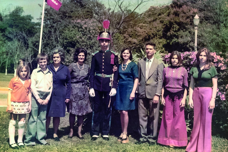 Bolsonaro ainda cadete, em foto com seus familiares. Imagem dos arquivos do Estadão, publicada no livro .