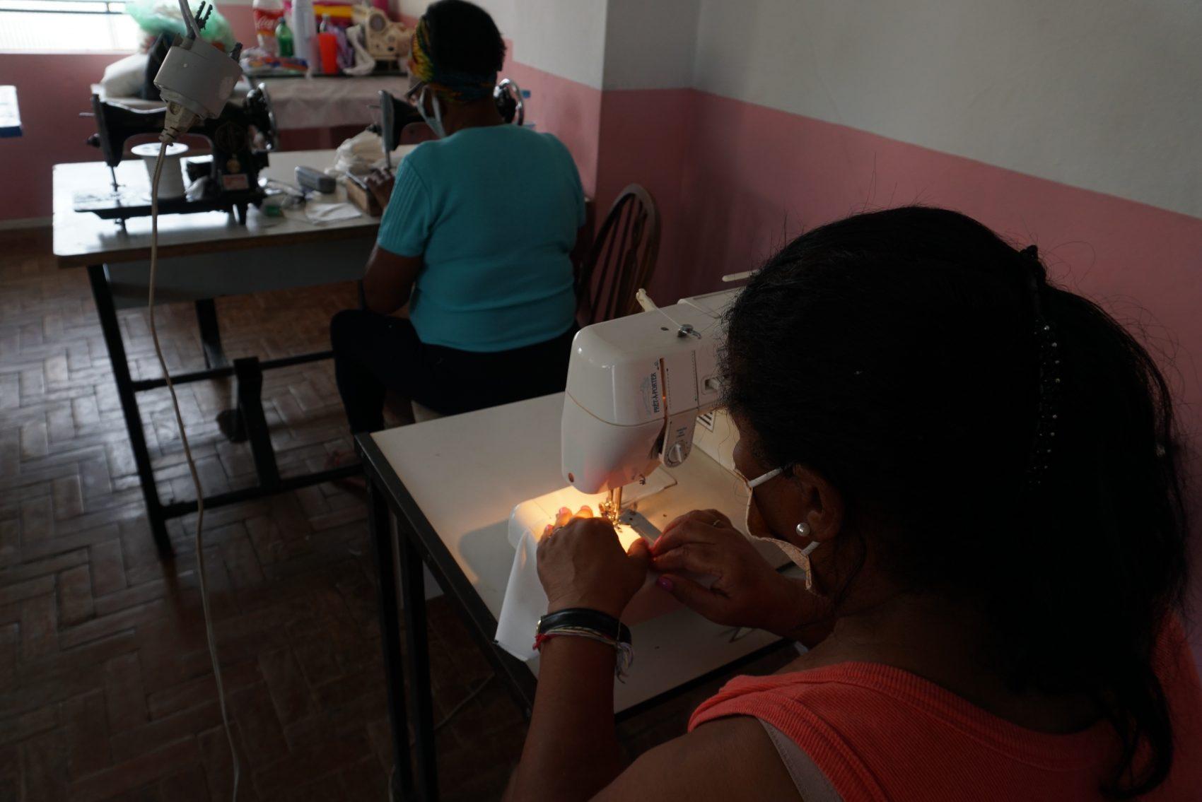 Máscaras caseiras são produzidas nas próprias comunidades para distribuição nos locais de maior vulnerabilidade