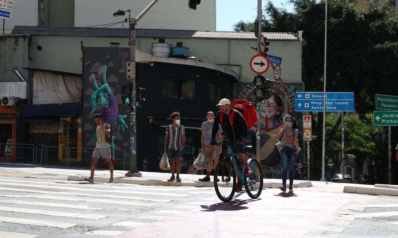 Pedestres usam máscaras de proteção contra covid-19 na rua da Consolação