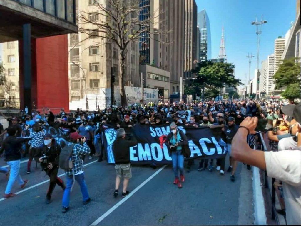 Em meio a pandemia de coronavírus, torcidas de futebol rivais se unem em mobilização contra a ditadura