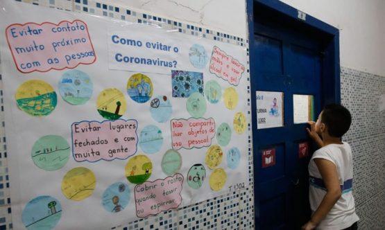 Alunos aprendem a prevenção ao novo coronavírus (Covid-19) na Escola Municipal Pedro Ernesto, no Rio de Janeiro, através de cartazes, trabalhos escolares, e medidas de higiene e convívio pessoal