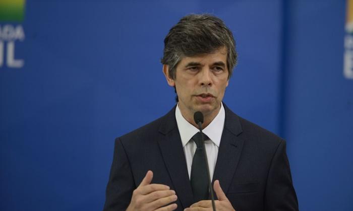 O ministro da Saúde, Nelson Teich, deixou o cargo após 29 dias, por divergir da obsessão de Bolsonaro com o fim do isolamento e o uso de medicamento vetado pela comunidade científica