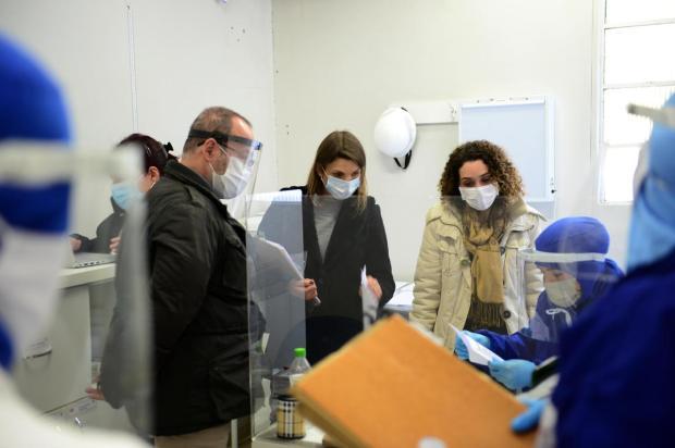 Sala de medicina do trabalho da empresa foi vistoriada pelo secretário de Saúde, Jorge Castro, a diretora do Cerest Serra, Juliana Argenta, e Andreia Dal Bó, diretora da Vigilância em Saúde