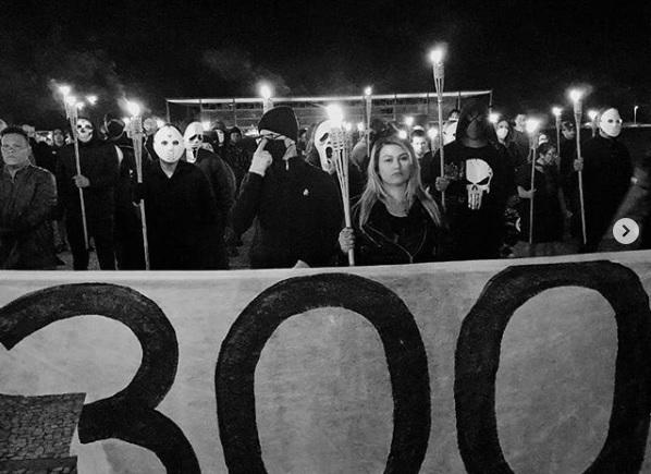 Depois da batida da PF, Sara Winter liderou protesto com 10% dos 300 do Brasil contra o STF, numa tosca imitação da Ku Klux Klan. Para escapar de um eventual mandado de prisão, pediu asilo nos EUA, que foi negado