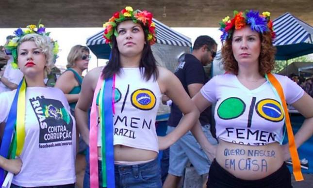 PF investiga ligações entre empresários e parlamentares a atos antidemocráticos de extrema direita. Na foto acima Sara Winter (à esquerda) presa na segunda-feira e Carla Zambelli, antes de ser deputada, militando pela filial ucraniana do Femen, grupo radical feminista primeiro com com sede na Ucrania e França. Zambelli teve seu sigilo quebrado.