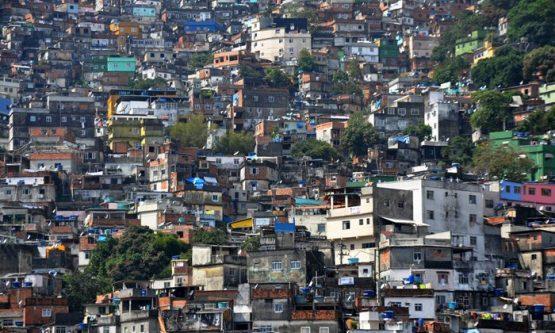 Conforme o IBGE, 40% dos domicílios não possuem banda larga e muitas vezes o acesso à internet se dá apenas por celular, situação comum em comunidades com populações de baixa renda nos grandes centros, como a Rocinha, no Rio de Janeiro