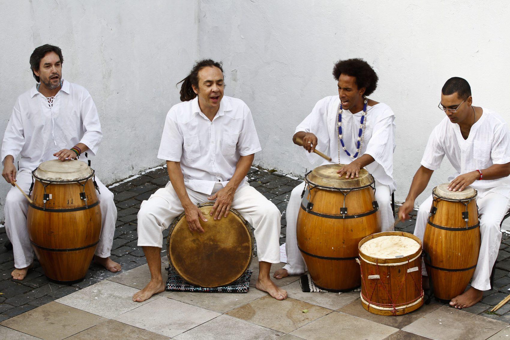 Grupo Alabê Ôni: Richard Serraria é o segundo, da esquerda para a direita, sentado sobre o tambor