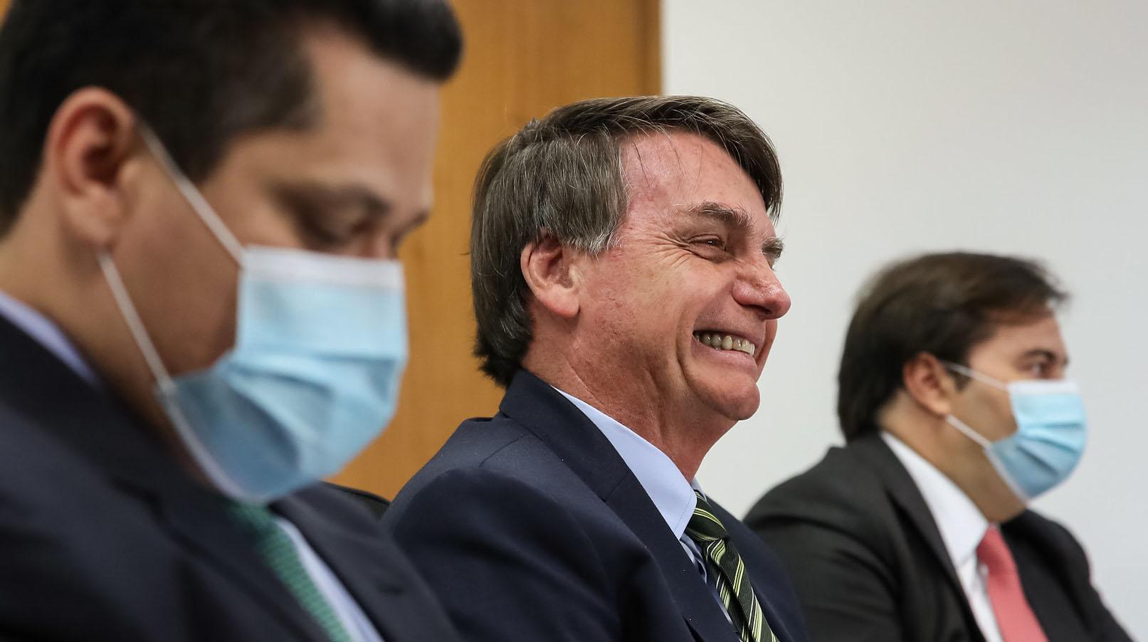 Presidente Jair Bolsonaro sem máscara entre presidentes da Câmara Rodrigo Maia e do Senado David Alcolumbre