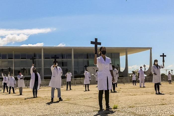 Enfermeiros e técnicos de enfermagem fazem ato em frente ao Palácio do Planalto no dia 1º de maio, pela morte de profissionais de saúde durante a pandemia