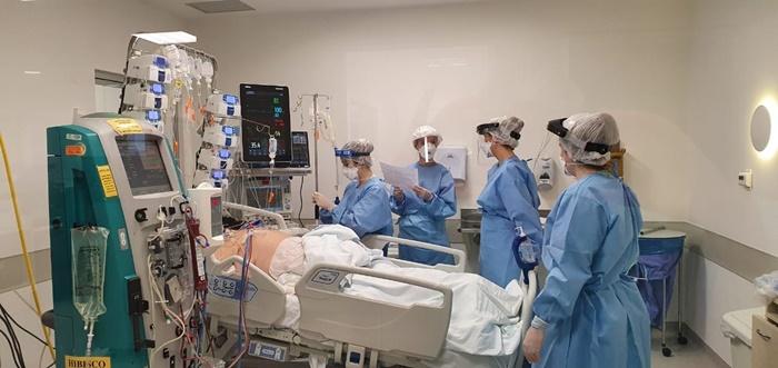 O Hospital de Clínicas de Porto Alegre concluiu, na quarta-feira (15), a instalação de mais 12 leitos de terapia intensiva para atendimento a casos graves de covid-19, totalizando, até agora, 93 leitos