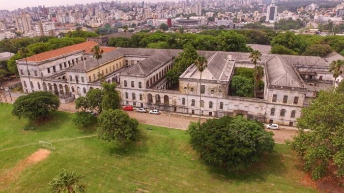 O Hospital São Pedro, que abriga 450 doentes crônicos de saúde mental teve entre 40 e 50 contágios e duas mortes, a mais recente registrada nesta sexta-feira