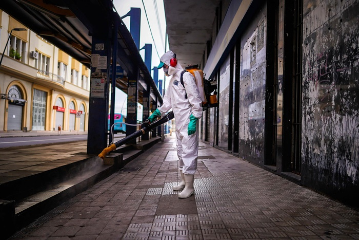 Empresas realizam ações de desinfecção de locais públicos em Porto Alegre, a fim de combater a pandemia do coronavírus