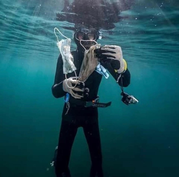 """Mergulhador da ONG francesa Operação Mar Limpo, que identificou o fenômeno como """"nova poluição"""""""