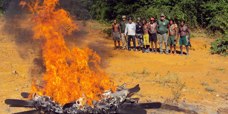 Kayapós observam queima de motosserras de desmatadores da Operação Rios Voadores apreendidas pelo Ibama