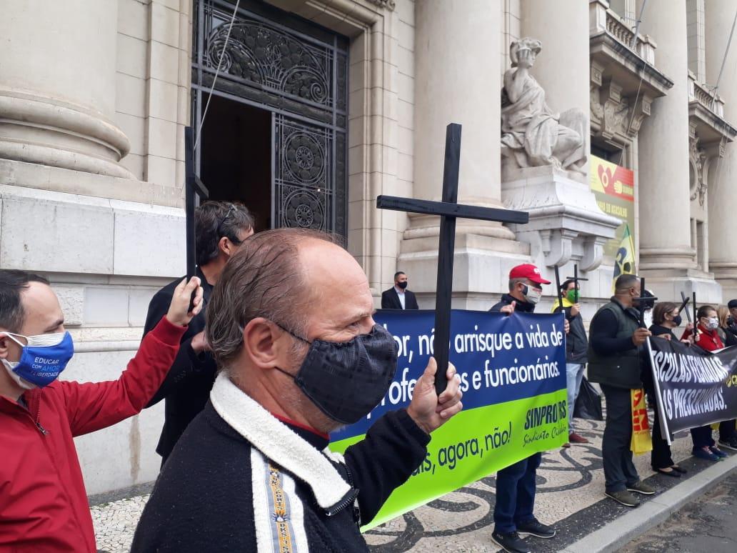 Ato reuniu entidades no Palácio do Piratini contra o retorno das aulas no auge da pandemia