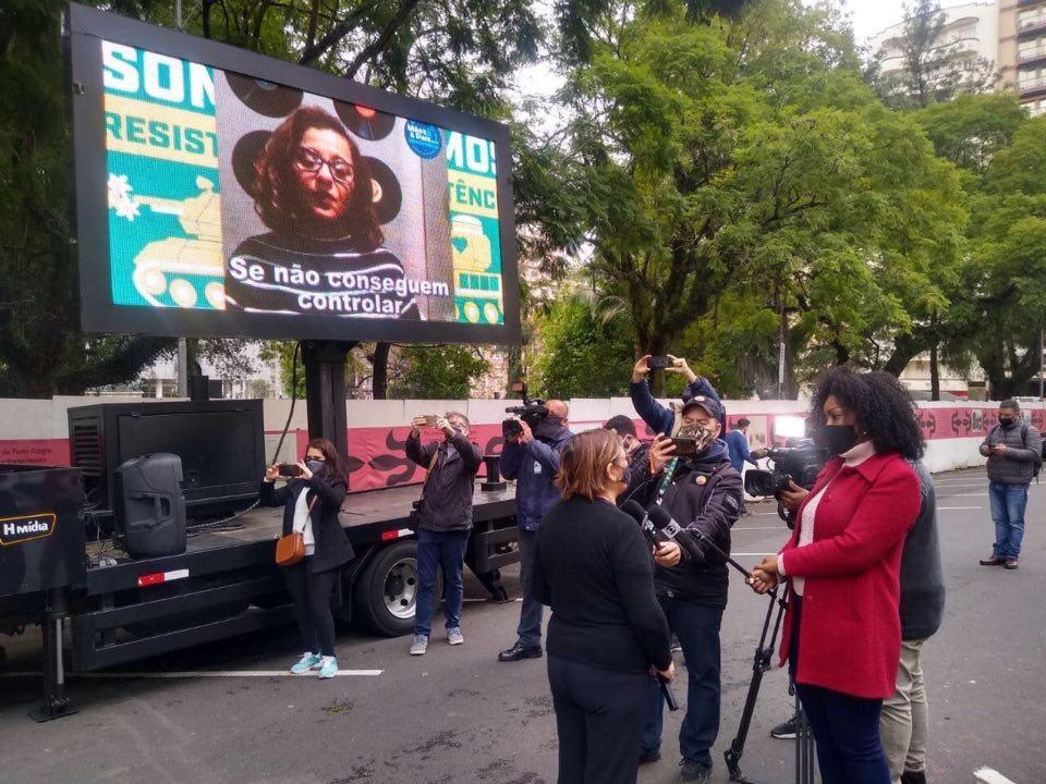 Telão afixado na carroceria de um caminhão transmitiu em vídeo recado de pais e mães ao governador